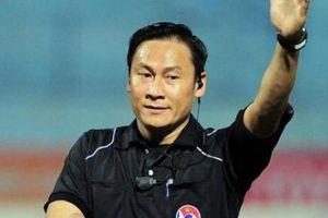 SỐC: Trọng tài V.League quên thẻ, sửa sai rồi làm loạn trận đấu