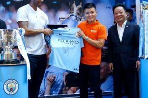 Quang Hải nói gì khi cùng danh thủ Man City nâng Cúp NHA?