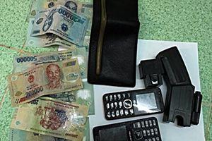 Dùng dao, roi điện cướp tài sản người đi đường lấy tiền tiêu xài