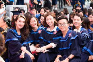 Hoa hậu Đỗ Mỹ Linh rạng rỡ ngày nhận bằng tốt nghiệp đại học