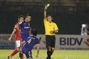 Treo còi vô thời hạn trọng tài 'quên' rút thẻ đỏ ở V-League