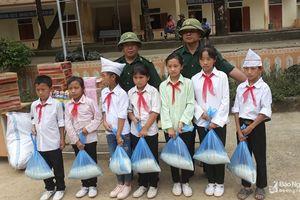 Tặng quà hỗ trợ học sinh vùng lũ và học trò nghèo gặp nhiều khó khăn