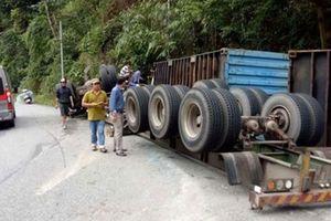 Container lao vào vách núi, tài xế kẹt trong cabin ở đèo Bảo Lộc