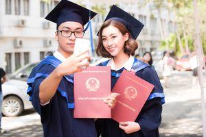 Đỗ Mỹ Linh rạng rỡ đi nhận bằng tốt nghiệp Đại học Ngoại thương