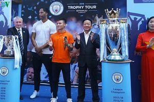 Quang Hải nhận áo đấu từ danh thủ Lescott: Động lực để tiếp tục phấn đấu