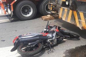 Người đàn ông bị xe container kéo lê trên quốc lộ