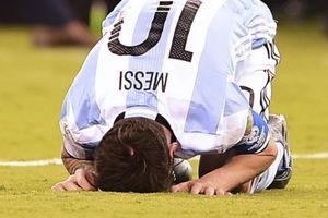 TIẾT LỘ: Thua chung kết, Messi 'khóc thảm thiết như trẻ con đòi mẹ'