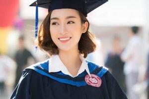 Hoa hậu Đỗ Mỹ Linh nhận bằng tốt nghiệp ĐH, nổi bật nhất trường