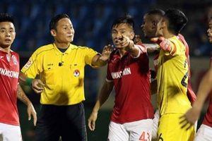 BLV Quang Huy nói lời ruột gan về trọng tài V.League bẻ còi hy hữu
