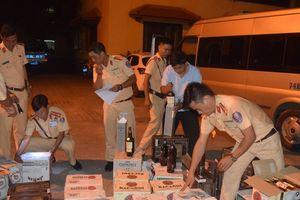 Chở rượu lậu, tài xế xe khách lạng lách trốn CSGT