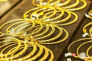 Giá vàng đồng loạt giảm ngày cuối tuần