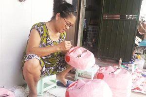 Một gia đình 'đeo đuổi' với nghiệp làm mặt nạ giấy bồi ở Hà Nội
