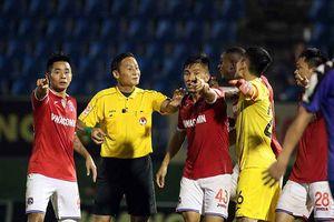 Trọng tài V-League thổi phạt đền 'ma' trả giá đắt
