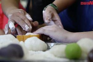 Học sinh khiếm thị làm bánh trung thu ở Hà Nội