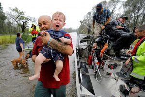 Người dân Mỹ điêu đứng vì nước ngập tới cổ sau bão dữ