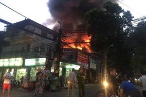 Cận cảnh đám cháy lớn trên đường Đê La Thành khiến nhiều người hoảng sợ