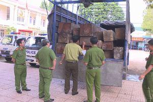 Bắt giữ xe tải chở 31 hộp gỗ lậu
