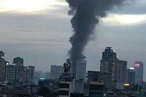 Cháy lớn cùng cột khói cao ngút gần Bệnh viện Nhi Hà Nội