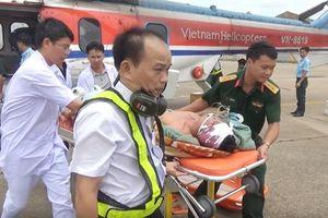 Đưa 2 ngư dân gặp nạn trên Quần đảo Trường Sa về đất liền cấp cứu