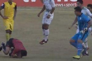 Cầu thủ đấm đá, rượt đuổi trọng tài như phim hành động