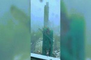 Siêu bão Mangkhut quật gãy thang máy 22 tầng