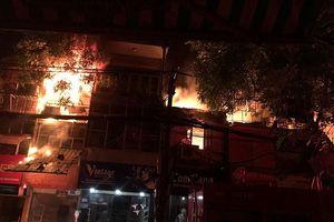 Lửa cháy lan 10 căn nhà ở Hà Nội, cột khói bốc cao hàng chục mét