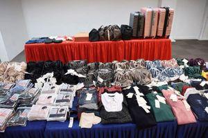 Bốn người Việt bị bắt ở Singapore vì nghi trộm quần áo số lượng lớn