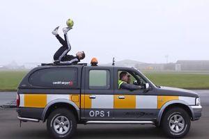 Sốc: Nằm trên nóc ô tô đang chạy tâng bóng