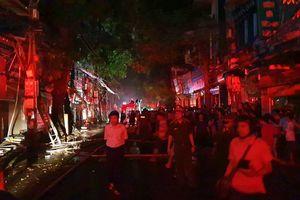 Cháy lớn gần Bệnh viện Nhi T.Ư, 7 cửa hàng bị thiêu rụi