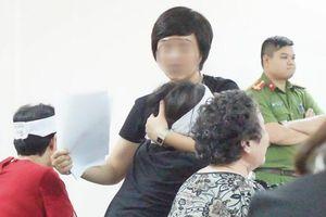 Con gái thiếu phụ bị nam sinh sát hại khóc ngất, oán trách bị cáo 'không một lời xin lỗi'