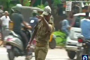 Ấn Độ: Nam cảnh sát gây sốt khi vừa nhảy vừa điều khiển giao thông