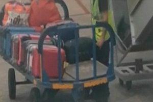Nhân viên sân bay thản nhiên lấy trộm đồ trong trong vali của hành khách