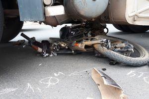 Xe máy và người bị cuốn vào gầm xe, người đàn ông thoát chết