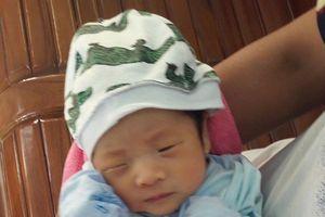 Bé trai sơ sinh bị bỏ rơi trước nhà dân ở Quảng Ninh