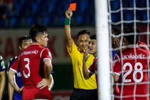 Vòng 22 V-League: Những tấm thẻ đỏ 'cười ra nước mắt'
