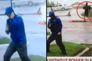 Clip: Phóng viên Mỹ 'làm màu' khi đưa tin siêu bão Florence bị chỉ trích