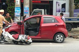 Người đàn ông mở cửa xe ôtô bất cẩn khiến nữ sinh gặp nạn