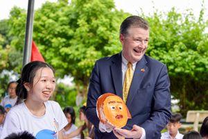 Đại sứ Mỹ múa lân, làm bánh Trung thu với trẻ em khuyết tật
