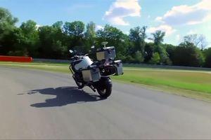 Choáng với xe máy BMW chạy băng băng không cần người lái