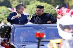 Lãnh đạo Hàn - Triều ngồi xe mui trần đi ăn trưa ở Bình Nhưỡng