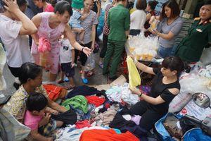 Người nhà bệnh nhân nhận quà cứu trợ sau cháy lớn ở Đê La Thành