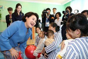 Đệ nhất phu nhân Hàn Quốc Kim Jung-sook thăm bệnh nhân nhi Triều Tiên