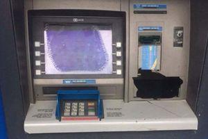 Đập máy ATM vì bị 'nuốt' thẻ ngân hàng: Đối diện mức xử phạt nào?