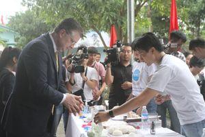 Đại sứ Mỹ hào hứng nặn bột làm bánh Trung thu cùng các em nhỏ Sóc Sơn