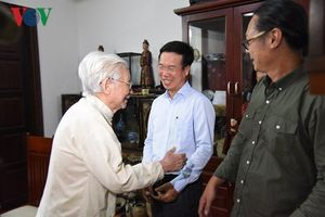 Trưởng ban Tuyên giáo Trung ương Võ Văn Thưởng thăm các nghệ sĩ lão thành