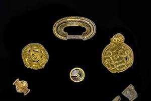 Ảnh hiếm vụ phát hiện kho vàng, ngọc trai 1.500 năm
