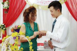 Chú rể 26 tuổi tiết lộ chuyện bất ngờ trước ngày rước cô dâu 61 tuổi về dinh