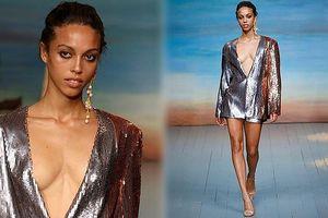 Người mẫu lộ ngực vì áo hở cổ quá rộng tại tuần lễ thời trang London