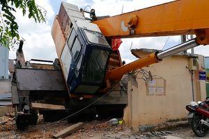 Cần cẩu nặng hàng tấn đổ sập vắt ngang đại lộ Phạm Văn Đồng