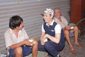 Nguyên Vũ nửa đêm đi phát quà trung thu cho người vô gia cư